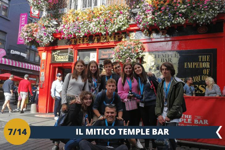 Percorrerete il famoso quartiere TEMPLE BAR, con i suoi colorati pub e la sua caratteristica musica, per vivere da protagonista la magica atmosfera Irlandese. Attraverserete L'HALF PENNY BRIDGE, il ponte-passerella in ferro che deve il suo nome curioso ad un antico pedaggio istituito all'atto della sua costruzione nel 1816. La visità terminerà ALL'HARD ROCK CAFÈ di Dublino (escursione di mezza giornata)