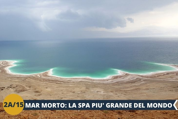 ESCURSIONE DI INTERA GIORNATA AL MAR MORTO + EIN GEDI + MASADA, il Mar Morto si trova nella parte centrale e più profonda della valle del Giordano. Lungo circa 90 km e largo 17 km nel punto più largo, il Mar Morto ha una superficie totale di circa 900 km2 e numerosi affluenti, tra cui il principale è il fiume Giordano. Il Mar Morto si trova in una depressione profonda circa 420 metri e, considerando che nella parte settentrionale le sue acque raggiungono una profondità massima di 400 metri, si arriva a 800 metri sotto il livello del mare. La sensazione di sconfiggere la forza di gravità e la possibilità di raccontare di aver fatto il bagno nel punto più profondo della Terra sono sicuramente due dei motivi principali che rendono il Mar Morto una meta tanto gettonata in Giordania.