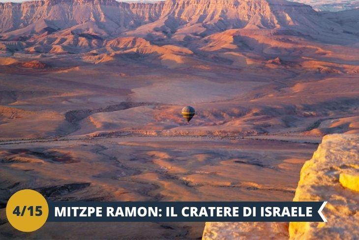 ESCURSIONE DI INTERA GIORNATA A MITZPE RAMON, il cratere di Israele. Mitzpe Ramon è una piccola città nel deserto del Negev, situata ai margini di Makhtesh Ramon, un luogo geologico affascinante. Arrivando da Tel Aviv, il Negev si presenta così: a mano a mano che si procede verso sud, sempre meno case, sempre meno strade, sempre meno campi, sempre meno tutto. E poi questo panorama. Lo spazio che riprende significato. Il tempo che si dilata: qui lo chiamano zaman midbar, il tempo del deserto. Silenzio, pace. Non si andrebbe più via!